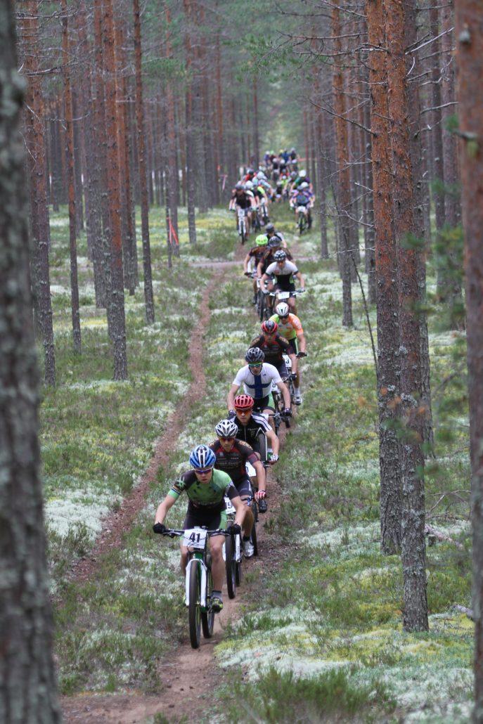 Rokua MTB tapahtuma kerää vuosittain satoja osallistujia polkemaan Rokua Geoparkin maastoon. Kuva: Tarja Kivirinta