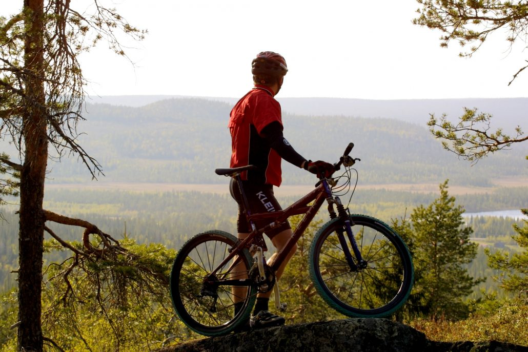 Kesäkaudella Pikku-Syötteellä voi harrastaa maasto- ja maantiepyöräilyä, kalliokiipeilyä, frisbeegolfia, patikointia, pidempiä vaelluksia, suunnistusta tai käydä vaikka ohjatulla melontaretkellä.