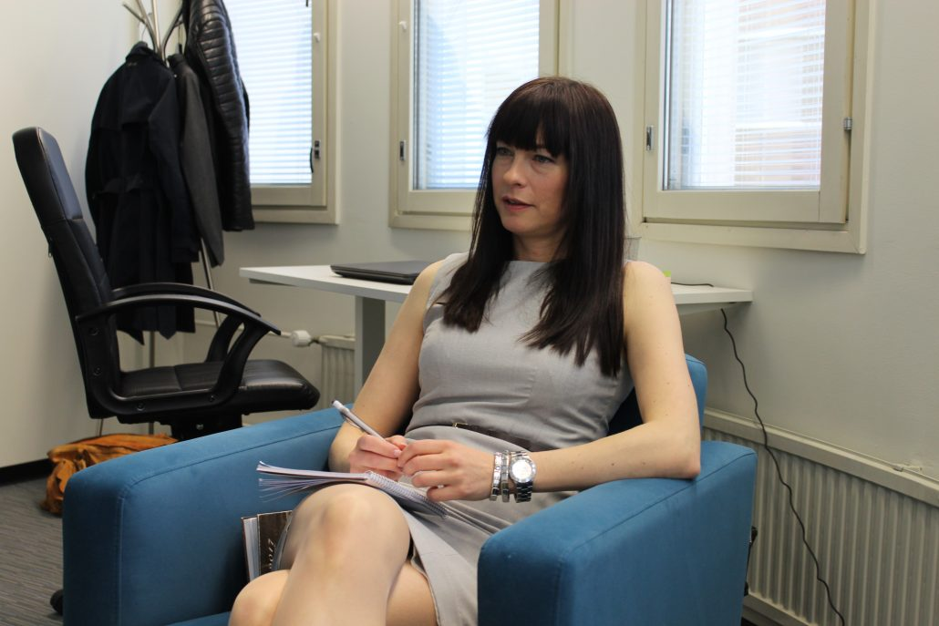 Pia Haarala palvelee asiakkaita Oulussa.