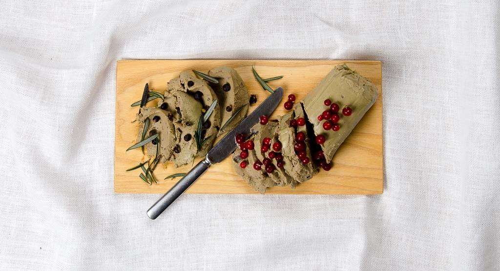 Viskaalin katajanmarjalla tai puolukalla maustetut naudanmaksapateet sopivat alkupalaksi. Leivän päällä tietysti.
